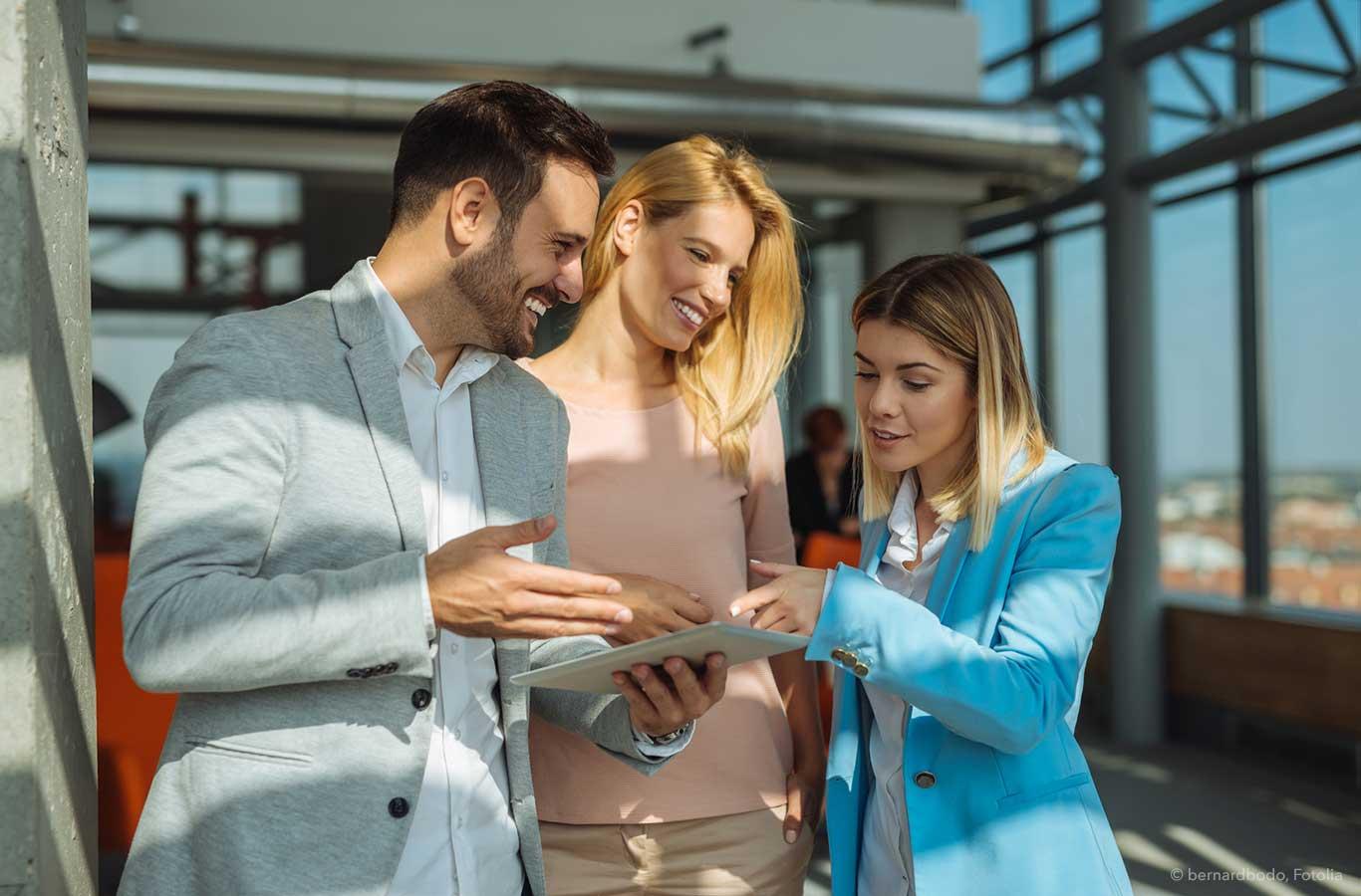 Mitarbeiter betrachten Webdesign auf einem Tablet