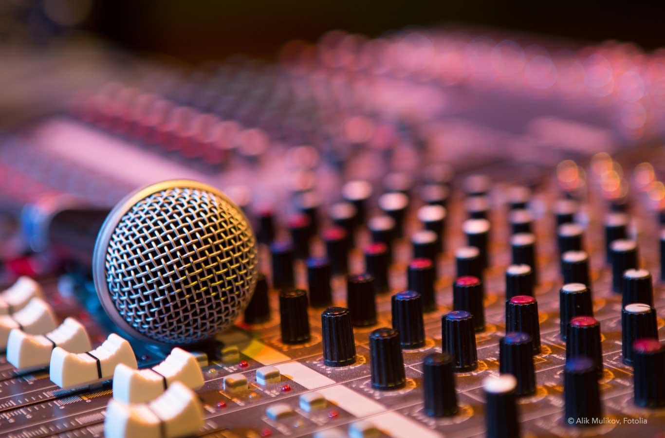 Radiowerbung: Symbolbild mit Mikrofon auf Mischpult