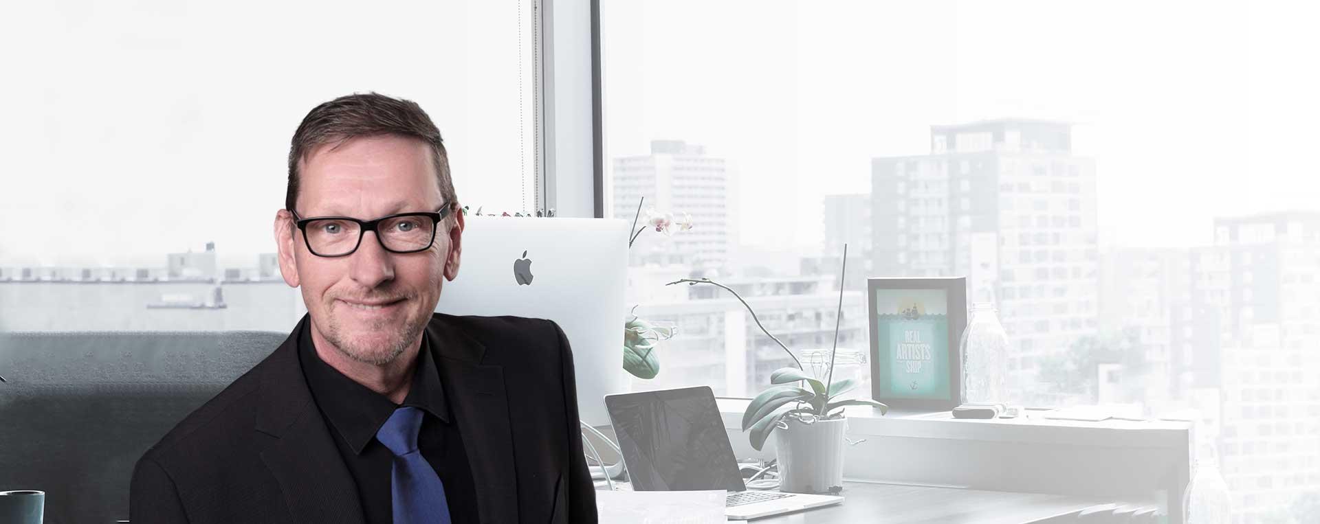 Projektmanager Marketing Thomas Herr im Büro