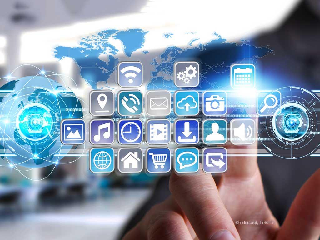 Online Marketing Apps auf einer transparenten Glasscheibe